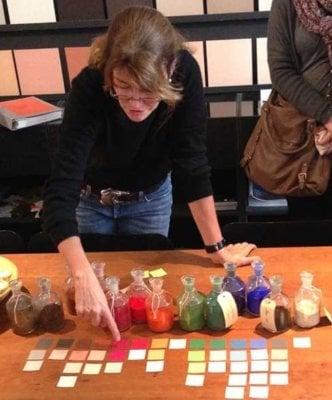 Katrin Trautwein erklärt das Prinzip der Salubra-Farbkollektion von Le Corbusier