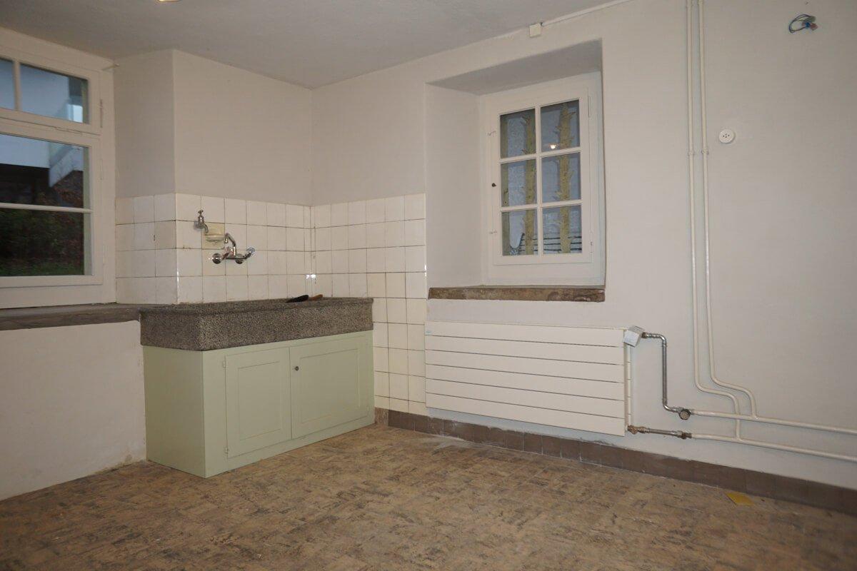 mit dem alten, restaurierten Schüttstein.