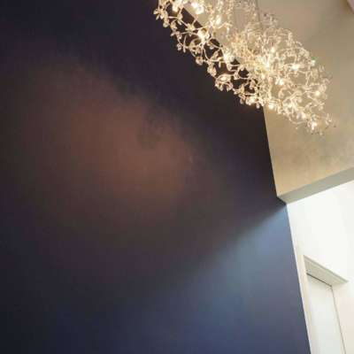 Tiefblaue Rückwand mit Leuchter