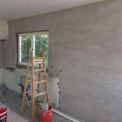 Naturofloor-Wand, warmgrau, frisch gespachtelt, mit Werkzeug-Zeichnung
