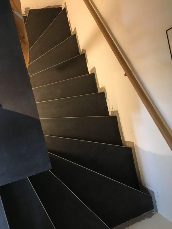 Treppenabgang in Naturofloor warmschwarz
